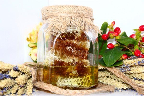 Таёжный мёд в сотах в стеклянной посуде