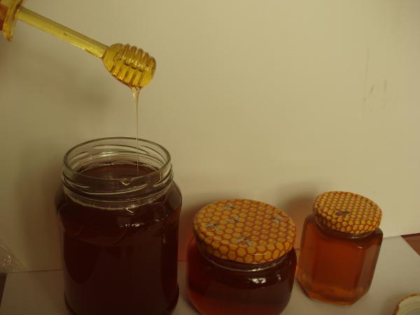 Мёд из кориандра в стеклянных банках
