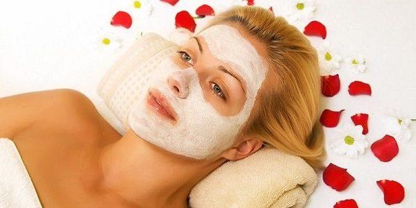 Отбеливающая маска с медом на лице