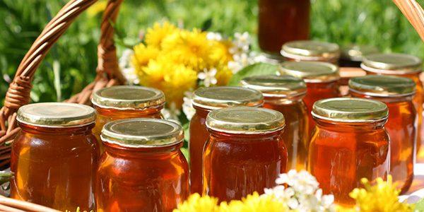 Мед, разлитый по банкам и готовый к продаже или хранению