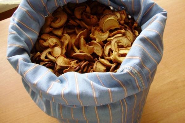 Для хранения сушеных яблок хорошо подходят мешочки из плотной ткани