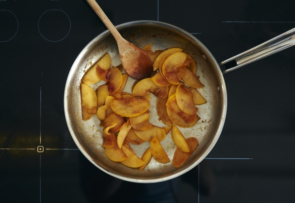 Для карамелизации яблок понадобятся сахар, сливочное масло и специи