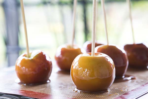 Карамелизовать можно как целое яблоко, так и его дольки