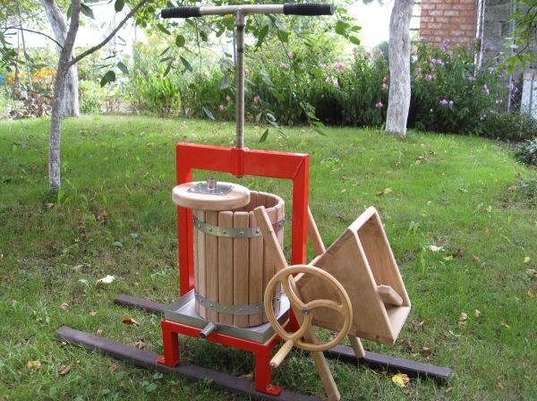 Винтовой пресс для яблок с корпусом из деревянных реек