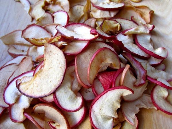 Правильно высушенные яблоки являются незаменимым источником витаминов в зимний период