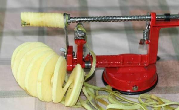 Очистка и нарезка яблока с помощью машинки