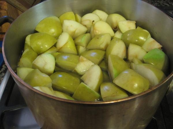 Из зеленых неспелых яблок можно сварить варенье