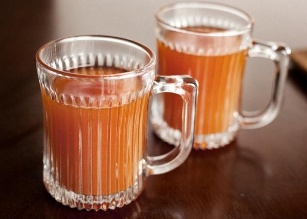 Яблочно-медовый сидр готовится из яблок, воды и меда, без добавления сахара