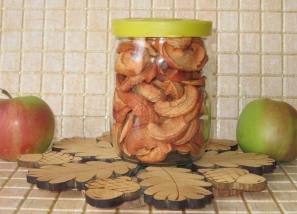 Сушеные яблоки содержат витамины, макро- и микроэлементы, полезные для человека