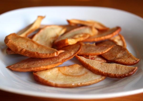 Карамелизировать яблоки можно в любом виде, и даже сушенные