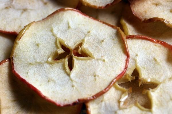 Сушеные яблоки в несколько раз калорийнее, чем свежие