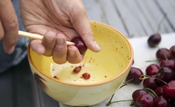 Извлечь косточку из вишни можно как вручную, так и с помощью различных устройств