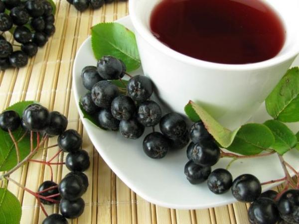 Витаминный чай из красной или черной рябины станет эффективным средством против гриппа и ОРВИ