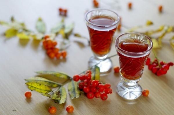 Рябиновая настойка – это не только ароматный и вкусный напиток, но и очень полезный