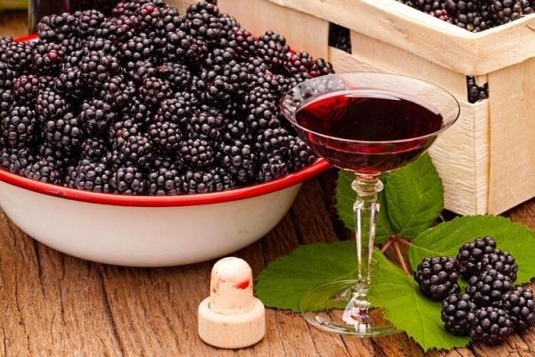 Ежевика – прекрасное сырьё для приготовления наливок, у продукта будет удивительный глубокий цвет, яркий аромат и вкус свежей ягоды