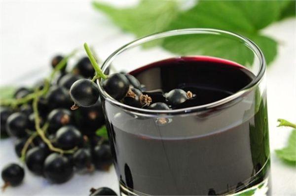 Сок из черной смородины укрепляет иммунную систему и повышает защитные силы организма