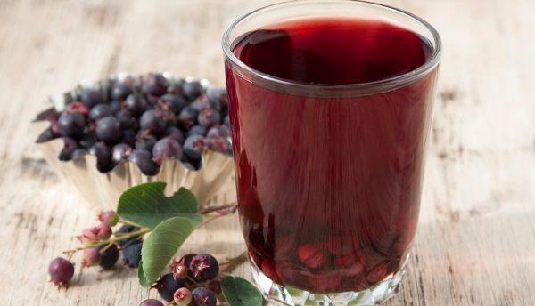 Сок из ягод ирги рекомендуется к применению в виде полосканий при ангинах