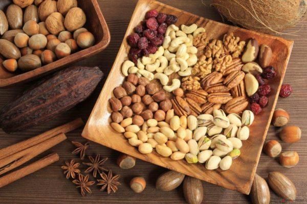 Разные виды орехов на блюде, готовые к употреблению