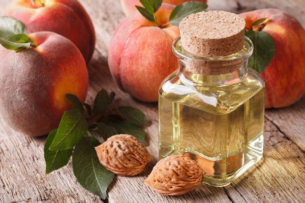Персиковое масло восстанавливает омертвевшие частички кожи и дает волосам дополнительную влагу
