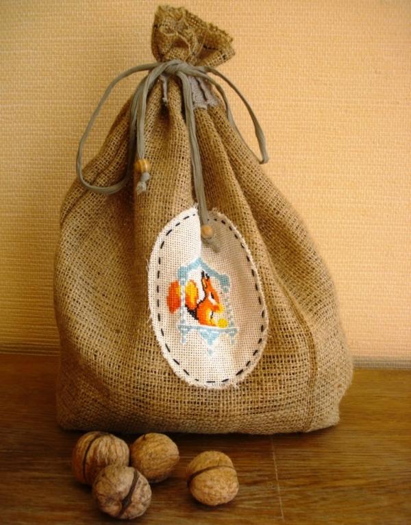 Орехи в скорлупе можно хранить в полотняных мешочках, стеклянных или железных банках, деревянных ящиках