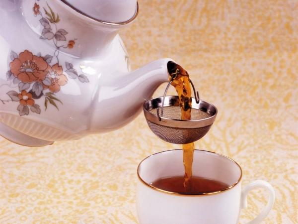 Чай с цветками боярышника заваривают как черный, берут стеклянный или фарфоровый чайник, предварительно ошпаривают его кипятком