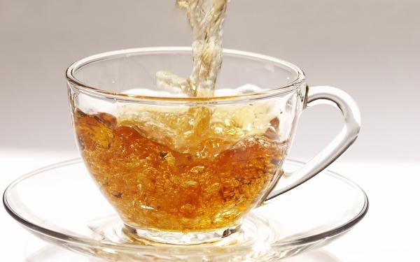 Чай из листьев земляники укрепляет иммунитет, справляется с головными и менструальными болями, устраняет отеки и нормализует работу почек