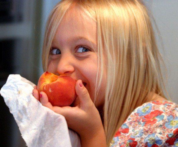 Персики хорошо давать болезненным детям, которые часто простуживаются