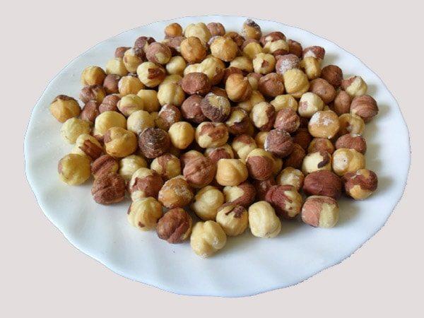 Очищенные орехи на блюде, готовые к употреблению
