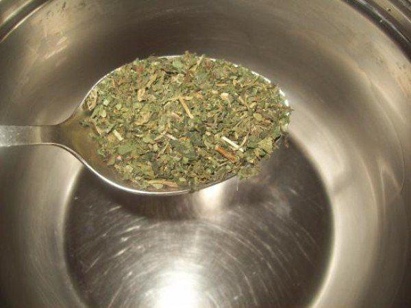 Приготовление отвара из сухих измельченных листьев грецкого ореха