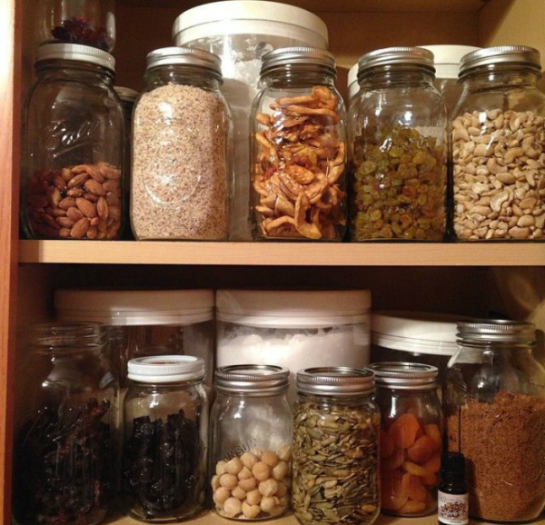 Орехи обладают особенностью впитывать запахи, поэтому их держат отдельно от других продуктов