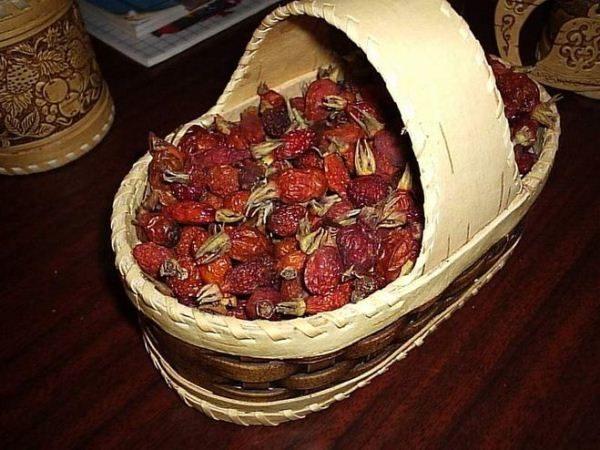 Сушеный шиповник в лукошке