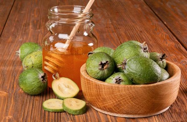 Из фейхоа готовят джемы, компоты, перетирают с сахаром и медом, делают желе