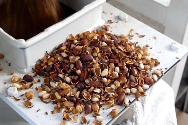 Чтобы отделить ядра кедрового ореха от скорлупы, можно использовать два способа: горячий и холодный