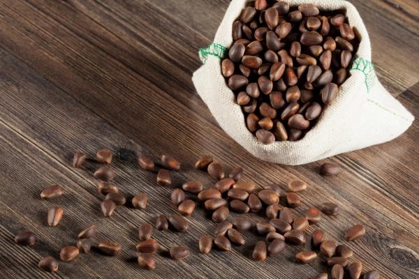 Покупая кедровые орехи на рынке, отдайте предпочтение неочищенным – они могут храниться без потери вкусовых и целебных свойств до 1 года
