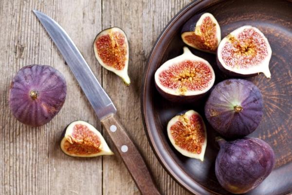 Инжир должен быть свежим и полностью созревшим, если инжир пахнет кислым, есть его не нужно – плод испортился