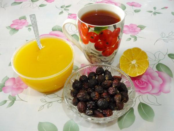Высушенные плоды черного шиповника с медом