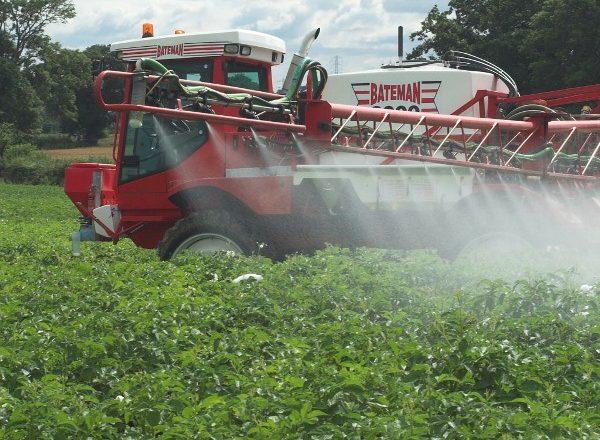 Комбайн опрыскивает картофель гербицидами