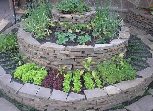 Многоуровневая садовая грядка из камня круглой формы