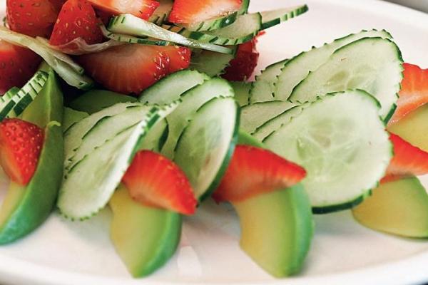 Из клубники можно приготовить салаты и напитки