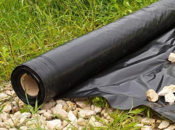 Укрывной материал для клубники разделяют на 3 вида: легкий, средний и плотный