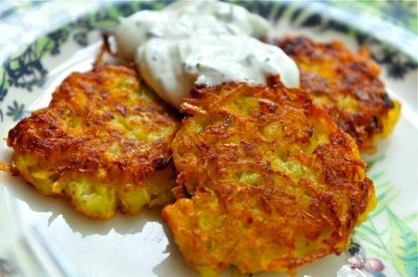 Существует, множество рецептом из мороженного картофеля: можно сделать драники или сварить в мундирах