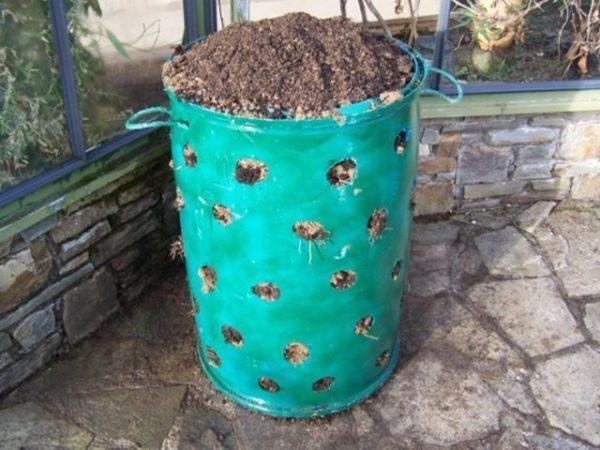 Подготовка земли в бочке для посадки клубники