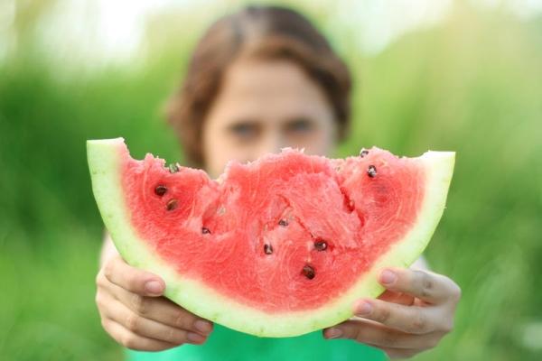 Арбуз можно есть при заболеваниях почек, кишечника, сердечно-сосудистой системы и малокровии