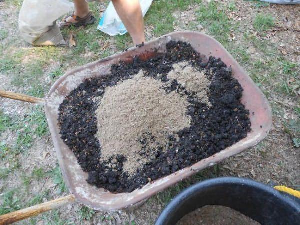 Приготовление огородной смеси из золы, опилок и органических удобрений