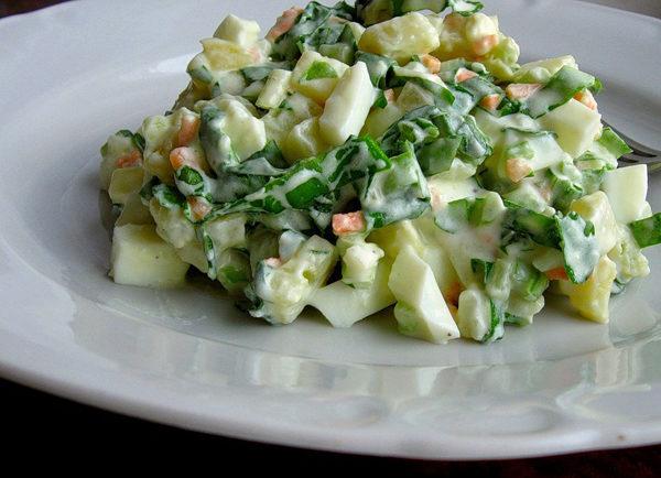 Салат из дикого чеснока, яиц и ветчины