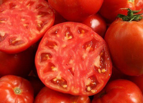Мякоть помидора Кукла плотная, мясистая, с характерным кисло-сладким вкусом и приятным томатным запахом