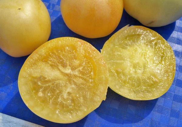 Мякоть томата персик нежная, сочная, почти без кислинки