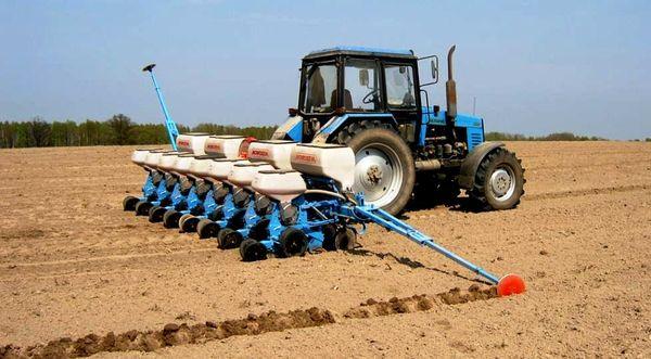 Засев кукурузы производится с помощью пневматических сеялок