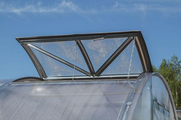 Поликарбонат хорошо пропускает свет, и является частым выбором дачников