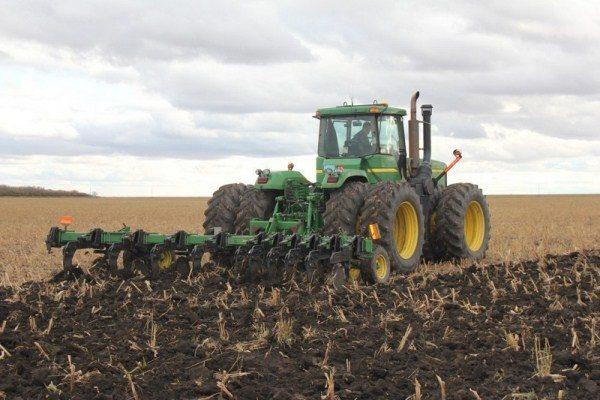 Перепашка поля после уборки пшеницы